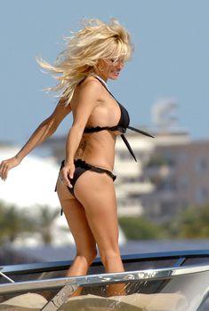 Памела Андерсон позирует на яхте в Каннах