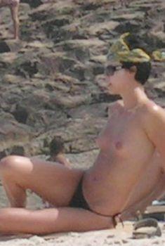 Шарлиз Терон загорает в одних трусиках на пляже Бразилии