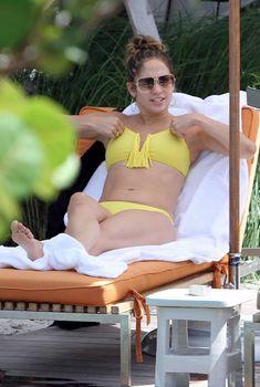 Джей Ло в желтом купальнике-бандо у бассейна в Майами