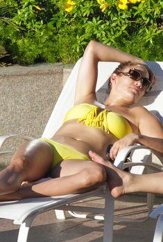 Джей Ло в желтом бандо у бассейна в Бразилии