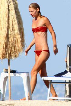 Клэр Дэйнс в красном купальнике на острове Искья