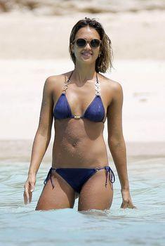 Джессика Альба в джинсовом купальнике на Карибских островах