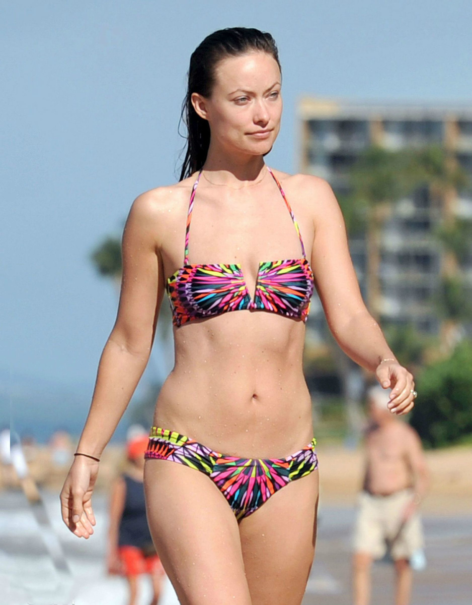 Оливия Уайлд в пестром купальнике на пляже Мауи