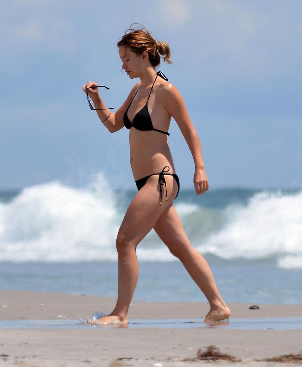 Оливия Уайлд в черном купальнике на пляже в Уилмингтоне