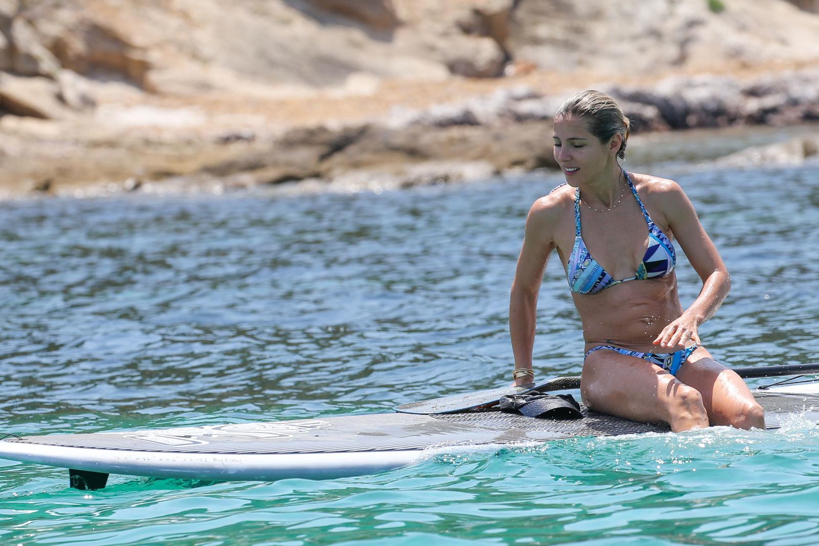Эльза Патаки в голубом купальнике на Корсике