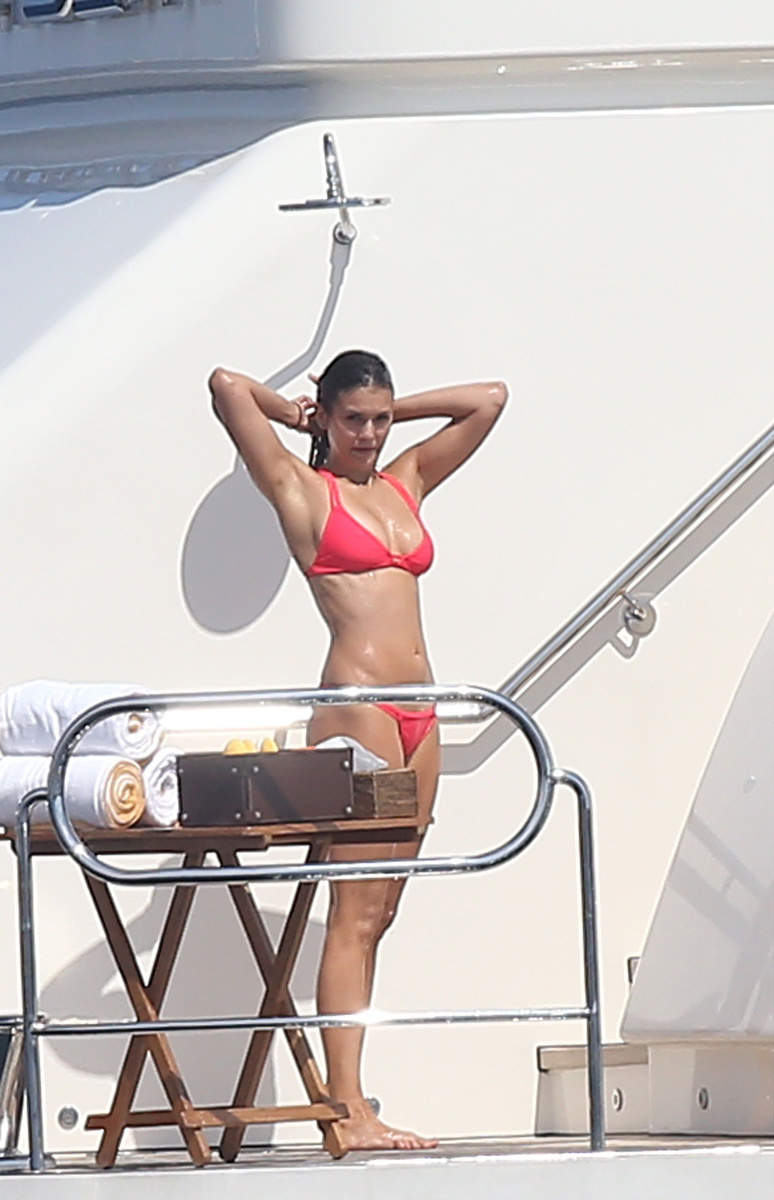 Нина Добрев в коралловом купальнике на яхте