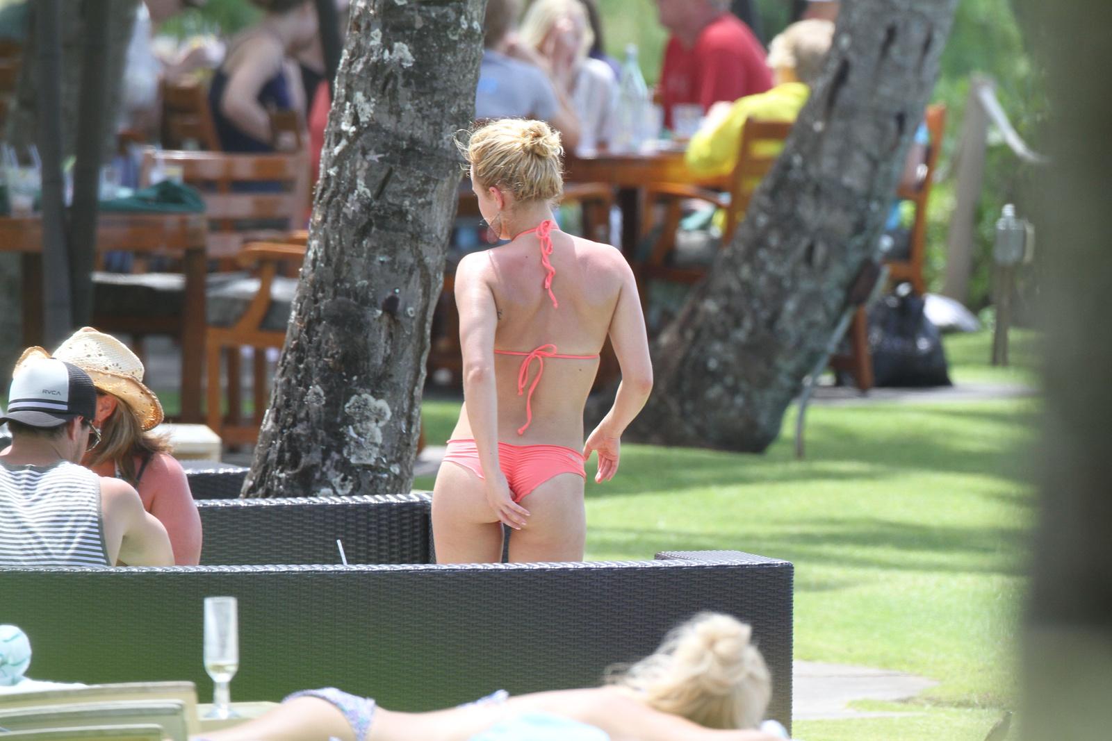Хайден Панеттьери в розовом купальнике с рюшами отдыхает на Гавайях
