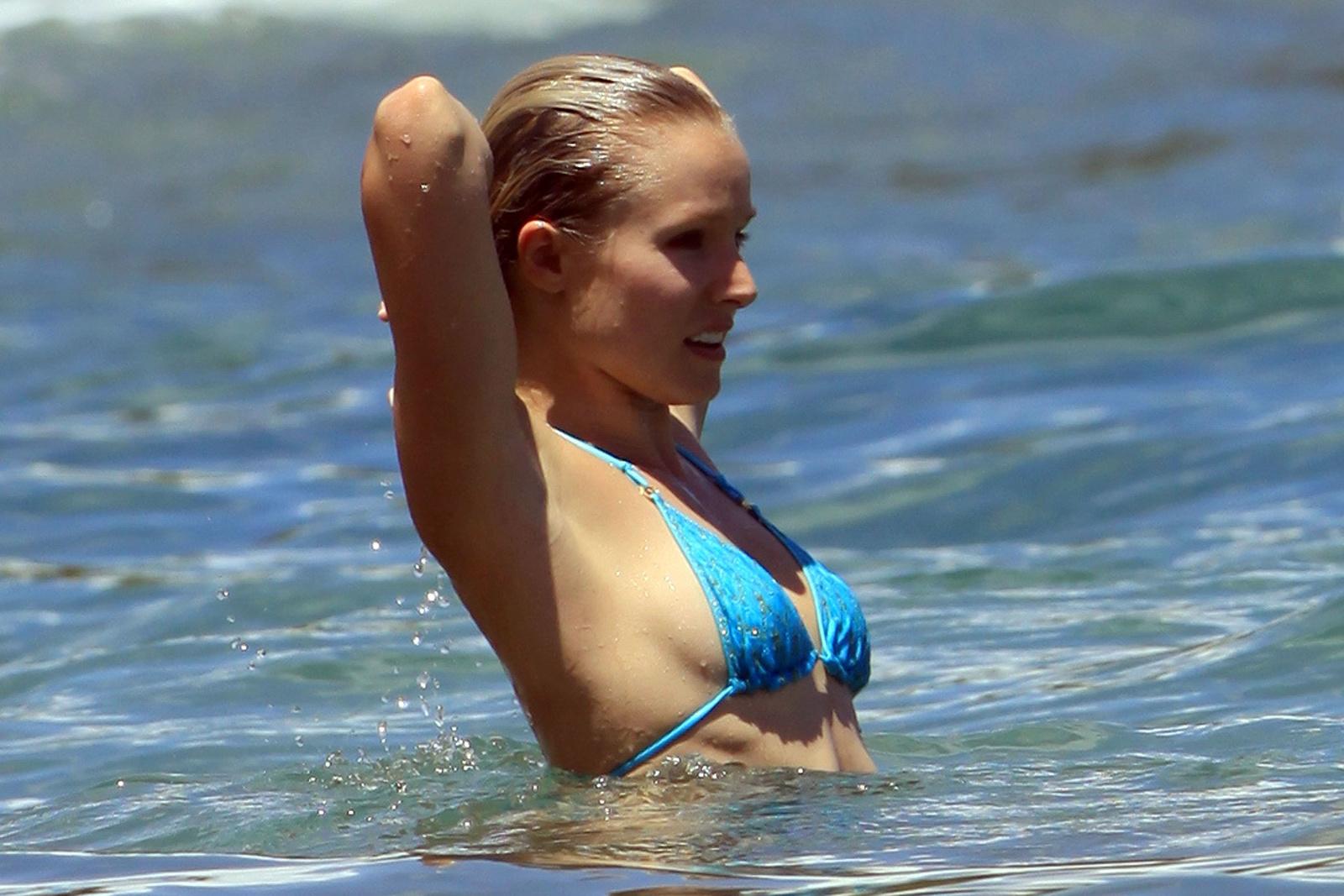 Кристен Белл в голубом купальнике на Гавайях