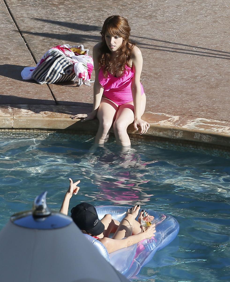 Анна Кендрик в розовом купальнике на Гавайях