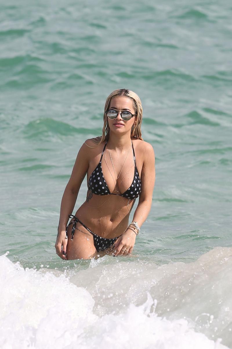 Рита Ора в купальнике в горошек на пляже Майами