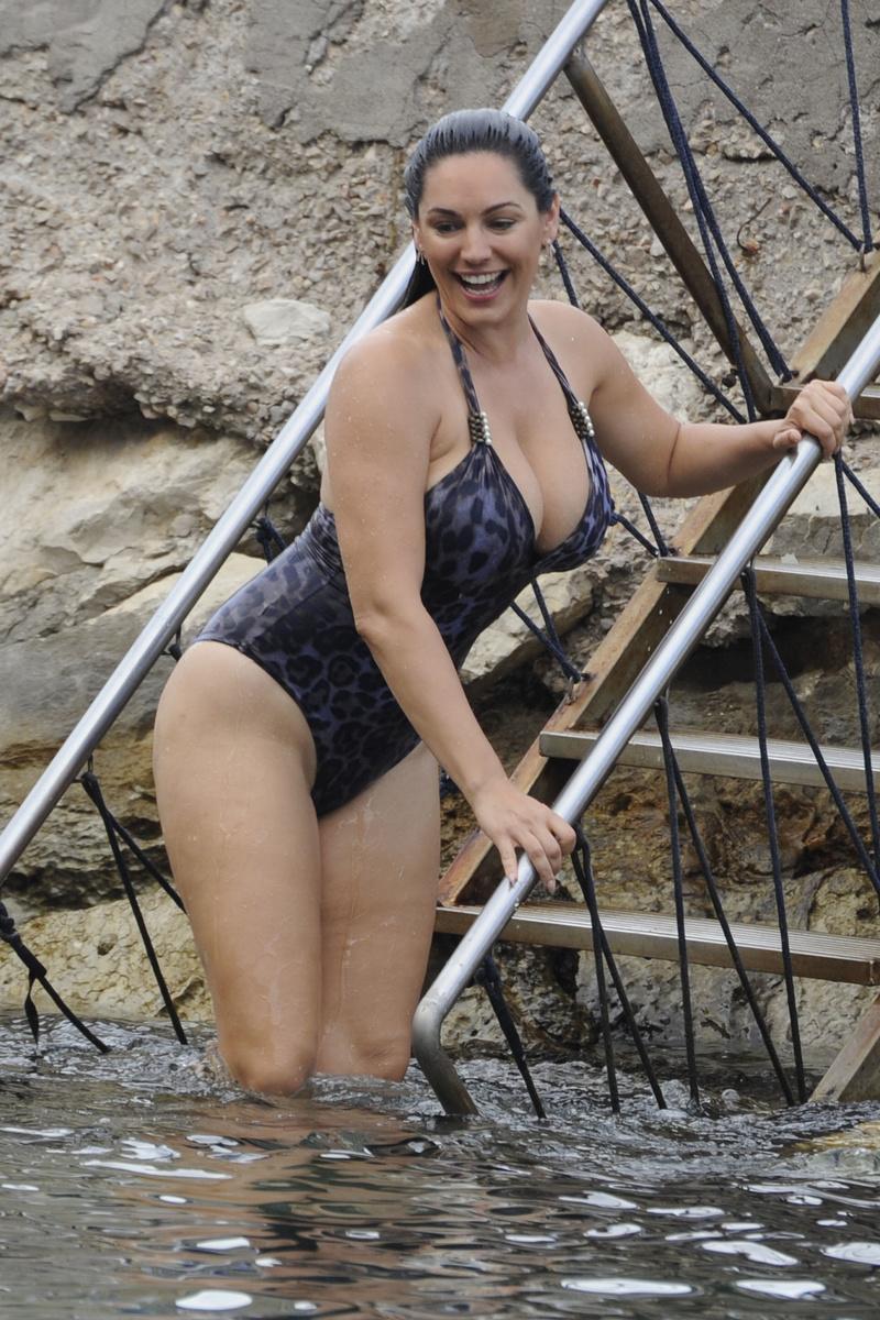 Келли Брук в синем купальнике с анималистическим принтом отдыхает на острове Искья