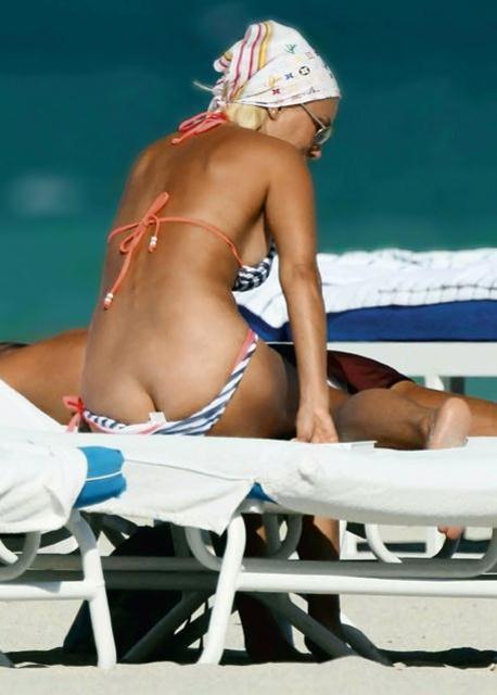 Лера Кудрявцева в полосатом купальнике на пляже