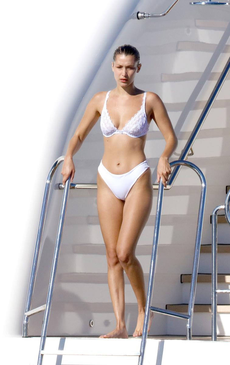 Белла Хадид в белом купальнике во время отдыха во Франции