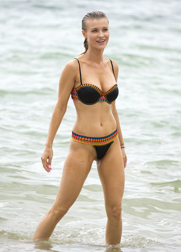 Джоанна Крупа в черном купальнике веселится на пляже Майами