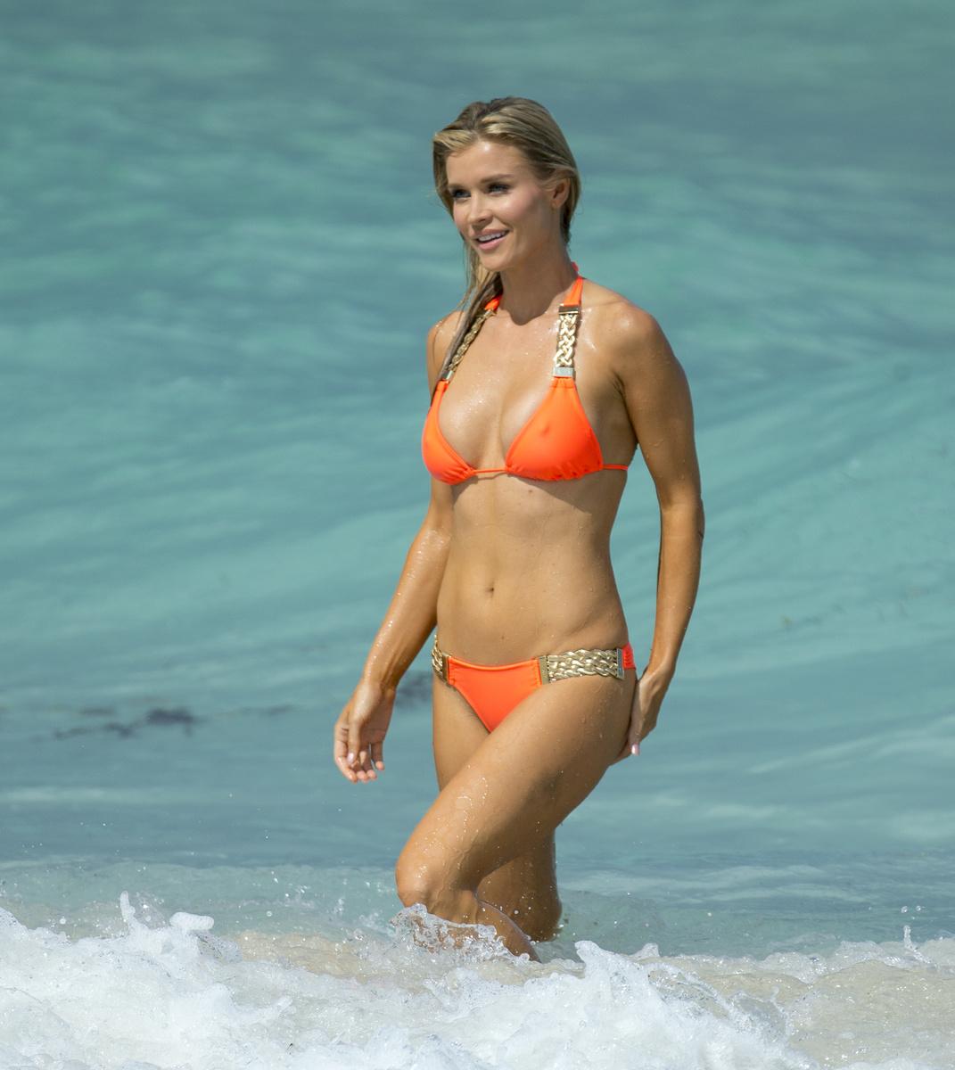 Горячая Джоанна Крупа в оранжевом купальнике с золотистыми вставками