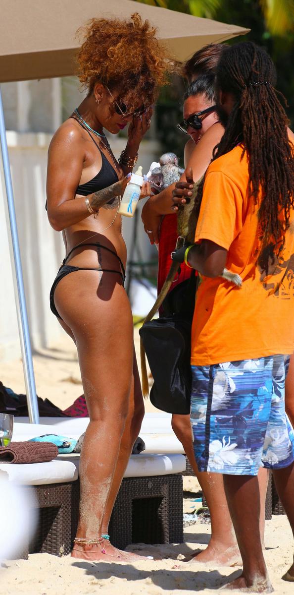 Рианна в черном бикини на Барбадосе