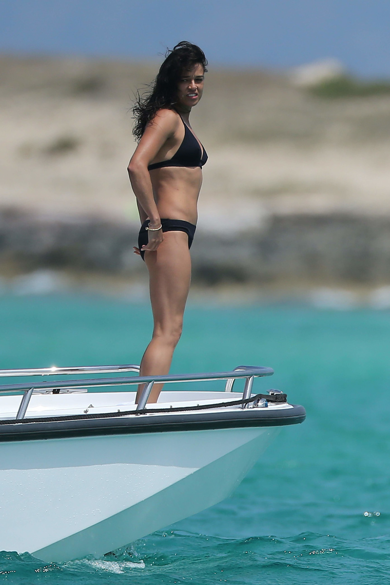 Мишель Родригес отдыхает на яхте в Испании