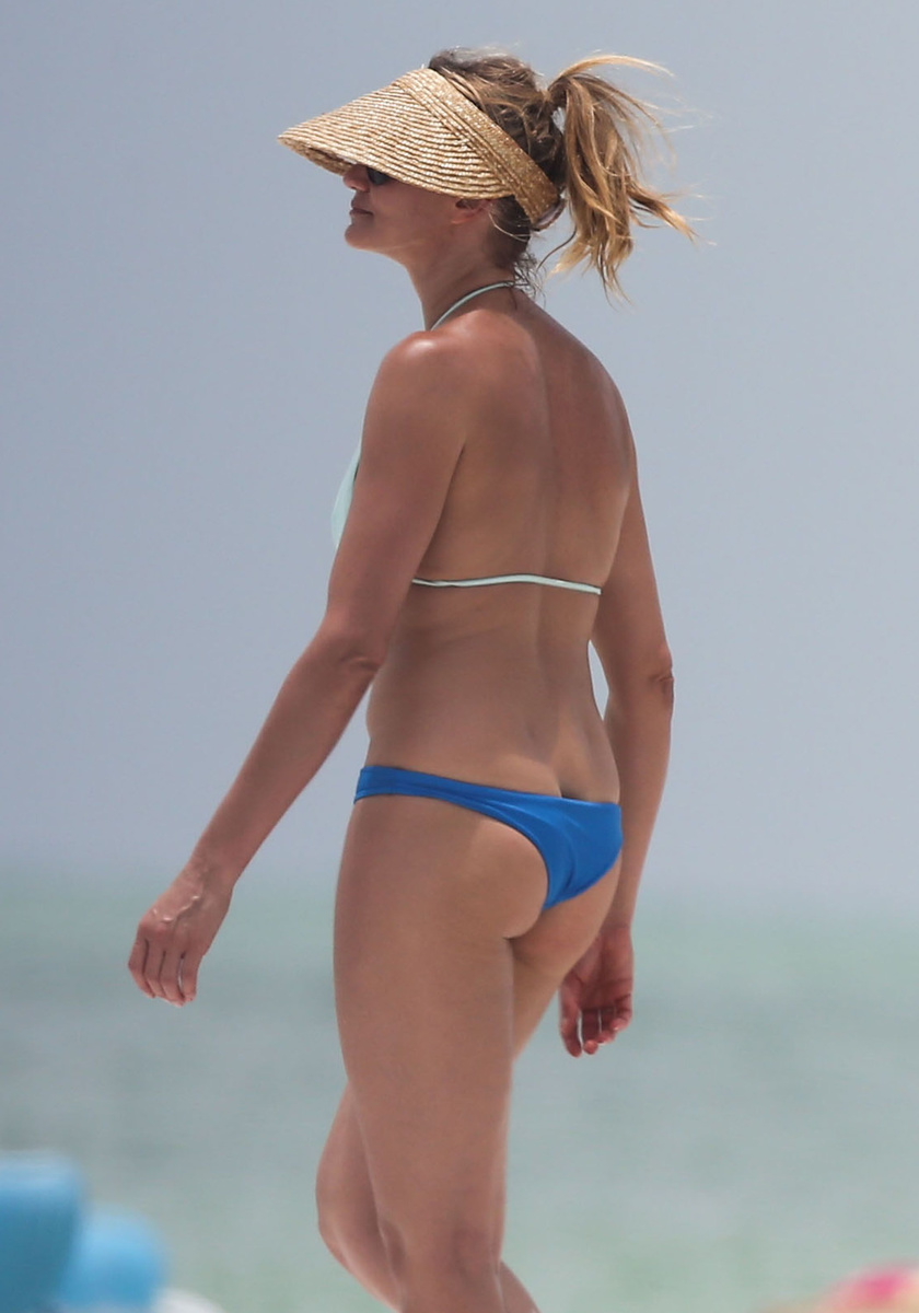 Спортивная Камерон Диаз в бело-голубом бикини во время отдыха во Флориде