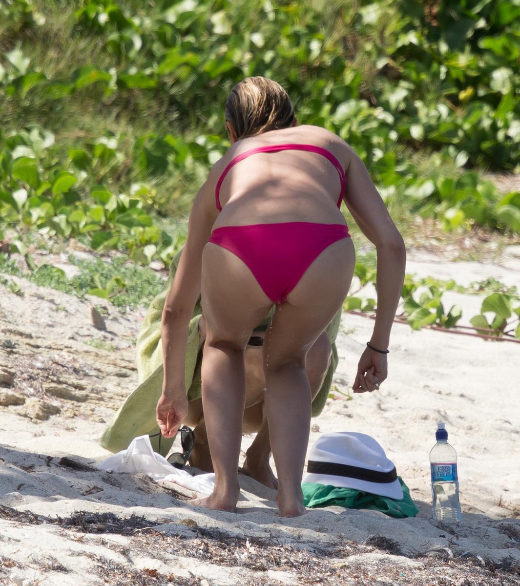 Сексуальная Камерон Диаз в розовом бикини на Карибах