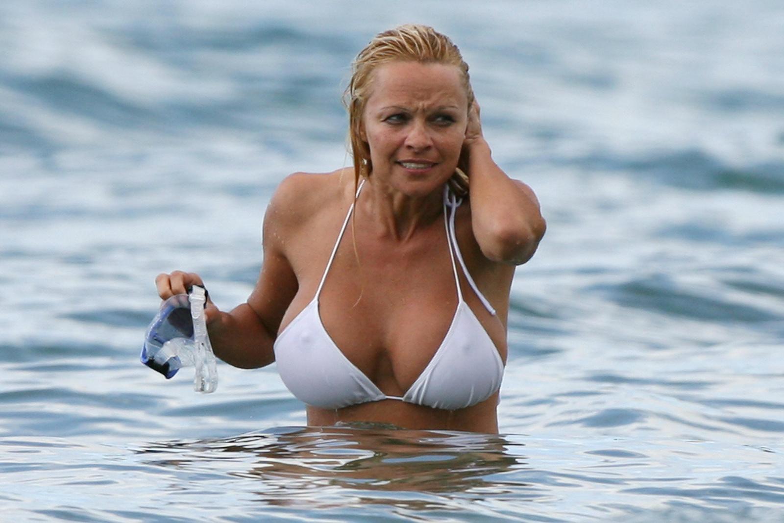 Секс-бомба Памела Андерсон в белом бикини