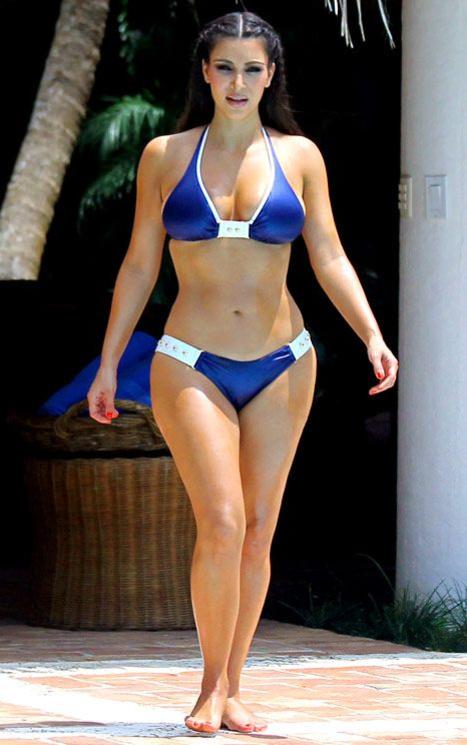 Ким Кардашьян в бело-синем купальнике в Доминикане
