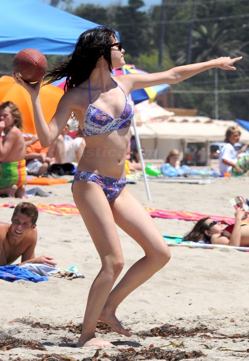 Фото селена гомес на пляже 5 фотография