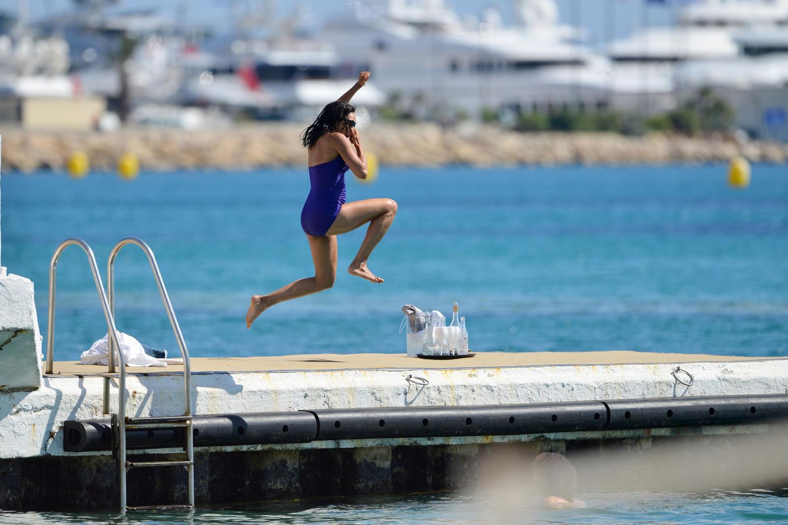 Розарио Доусон в синем слитном купальнике в Каннах