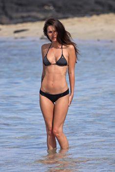Меган Фокс в черном купальнике на Гавайях