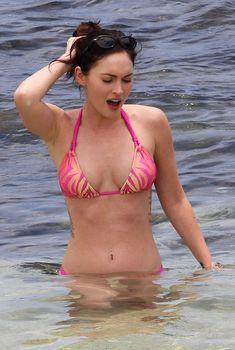 Меган Фокс в розовом бикини на Гавайях