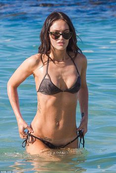Меган Фокс в коричневом купальнике на Гавайях