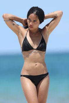 Зои Кравиц в бикини отдыхает на пляже Майами