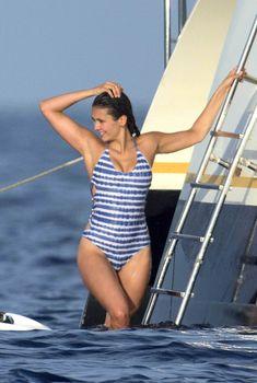 Нина Добрев в полосатом бикини на яхте в Сан-Тропе