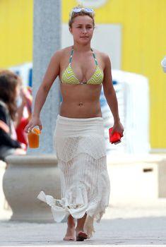 Хайден Панеттьери в желтом бикини на пляже в Майами