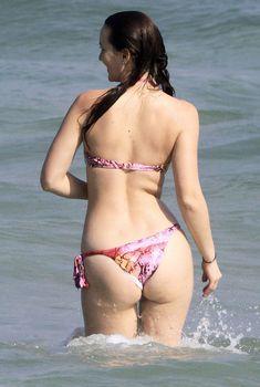Лейтон Мистер в ярком бикини на пляже Рио-де-Жанейро