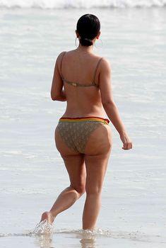 Ким Кардашьян в цветном бикини в Мексике