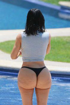 Ким Кардашьян в черных стрингах разгуливает у бассейна в Мексике