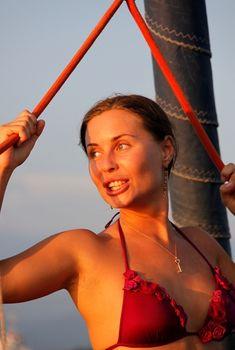 Юлия Михалкова-Матюхина в бикини винного цвета на яхте