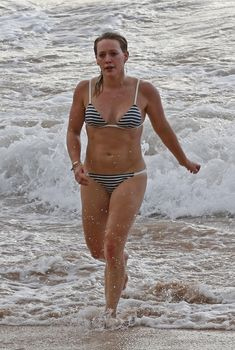Хилари Дафф в полосатом купальнике отдыхает на побережье Мауи