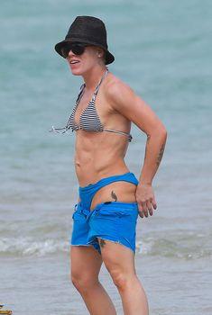 Пинк в разноцветном бикини на побережье Майами