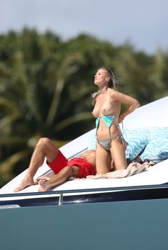 Джоанна Крупа в голубом купальнике с пестрым орнаментом на яхте