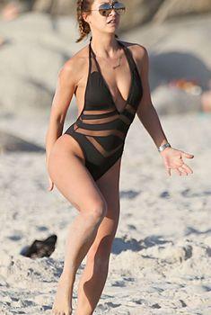 Майлин Класс в черном купальнике на пляже в Кейптауне