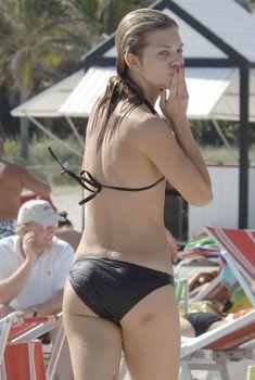 Анна-Линн МакКорд  в черном бикини развлекается на побережье Майами
