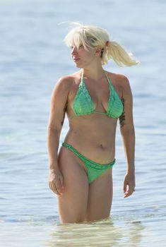 Леди Гага в зеленом вязанном бикини на Багамах