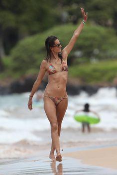 Алессандра Амбросио в коричневом бикини на Гавайях