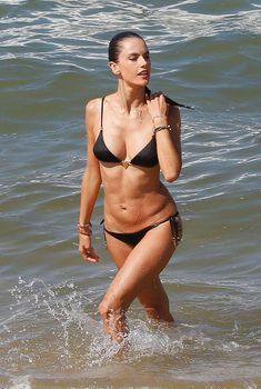 Алессандра Амбросио в черном бикини отдыхает в Рио