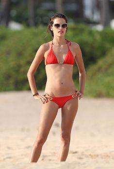 Алессандра Амбросио в красном купальнике на побережье Мауи