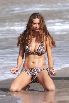 Сексуальная Адриана Лима в леопардовом купальнике