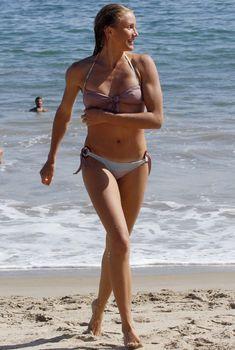 Камерон Диаз в бежевом бикини отдыхает на пляже