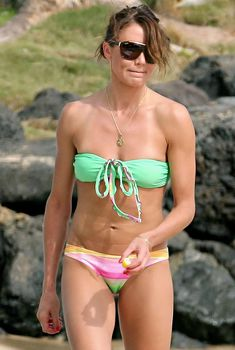 Стройная и сексуальная Камерон Диаз в разноцветном купальнике