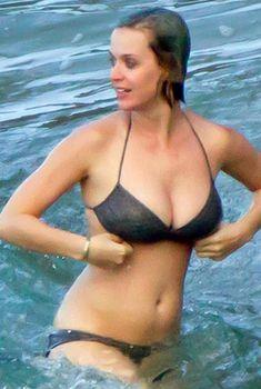 Кэти Перри в черном купальнике на Гавайях